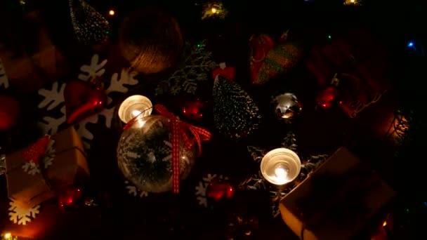 Vánoce a nový rok pozadí s dárky, osvětlení, svíčky a různé dekorace