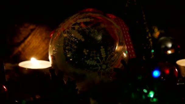Vánoce a nový rok pozadí s dárky, osvětlení, svíčky a různé dekorace.
