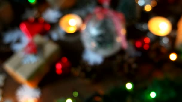 Weihnachten und Neujahr verschwommener Hintergrund mit Geschenken, Lichtern, Kerzen und verschiedenen Dekorationen.