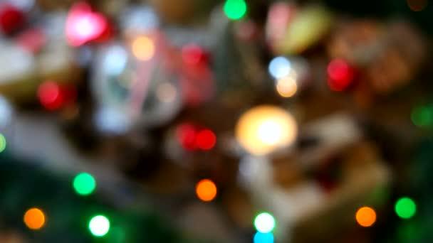 Vánoce a nový rok rozostřené pozadí s dárky, osvětlení, svíčky a různé dekorace.