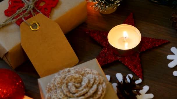 Weihnachten und Neujahr Hintergrund mit Geschenken, Lichtern, Kerzen und verschiedenen Dekorationen. Geschenk in Bastelpapier mit Rottanne.