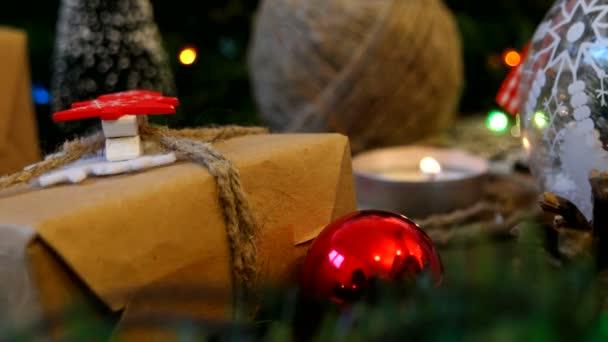 Karácsonyi és újévi háttér bemutatja, a fények, a gyertyák és a különböző díszek.