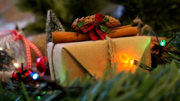 Vánoce a nový rok na pozadí s dárky, osvětlení, svíčky a různé dekorace. Dárek do papíru řemeslo se skořicí.