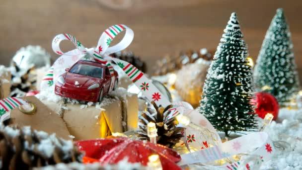 Vánoce a nový rok pozadí s autíčko přítomné s mašlí. Míče, šiškami a různé ozdoby na sněhu.