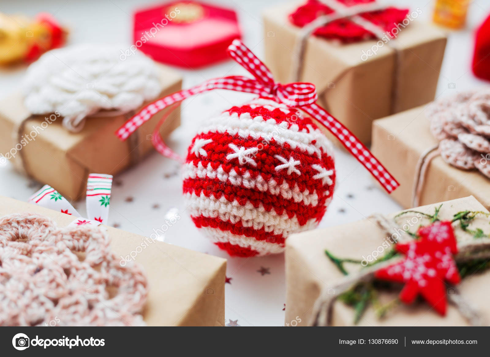 Regali Di Natale All Uncinetto.Sfondo Di Natale E Capodanno Con Regali Decorazioni E Sfera