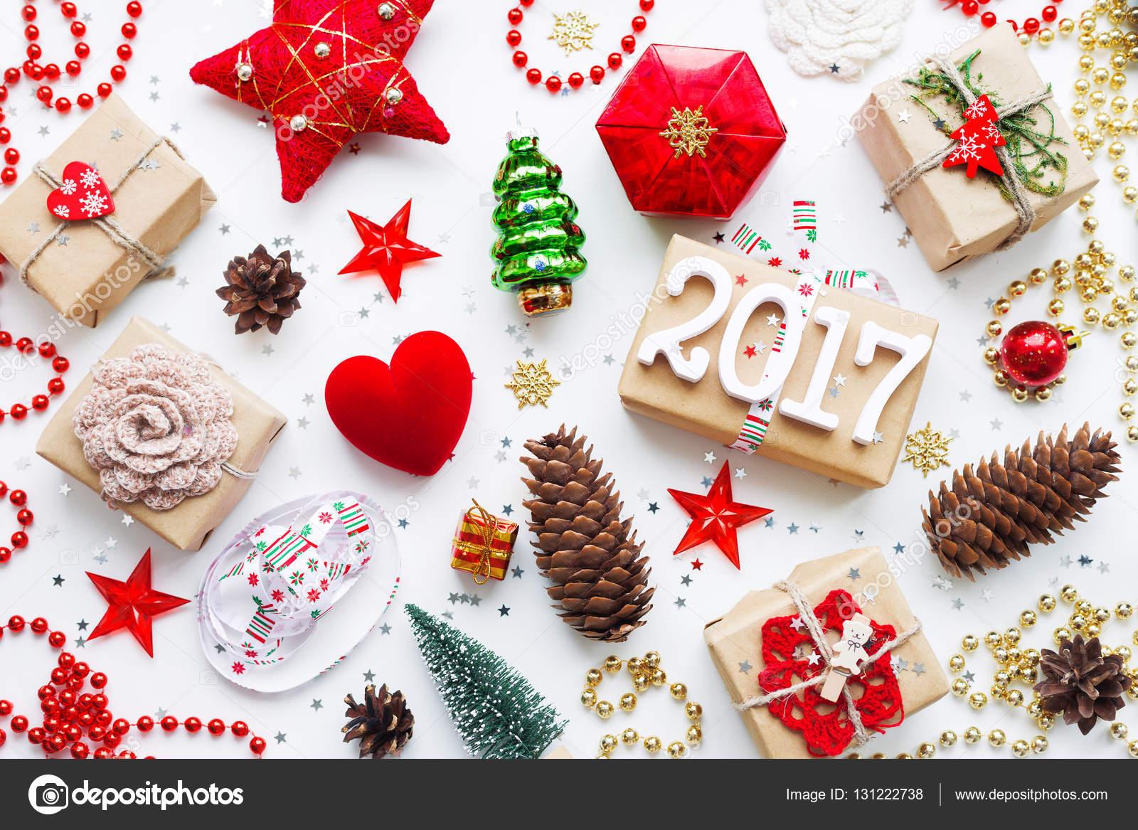 Weihnachten und Neujahr 2017 Hintergrund mit Dekorationen. Geschenke ...