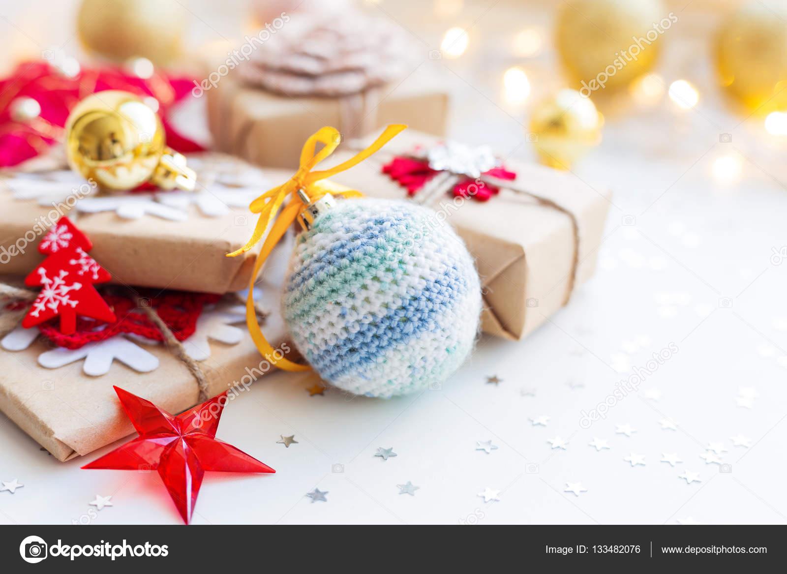 Regali Di Natale All Uncinetto.Sfondo Di Natale E Capodanno Con Palla A Mano All Uncinetto Regali