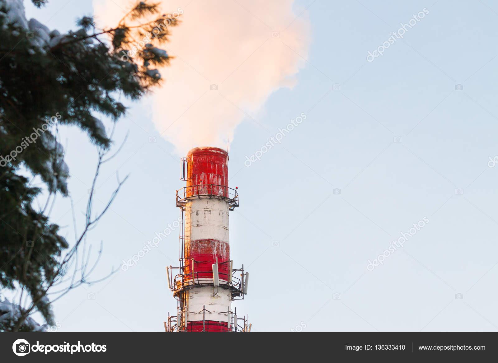 Roten Kessel Haus Schornstein. Dampfbad gegen den klaren blauen ...