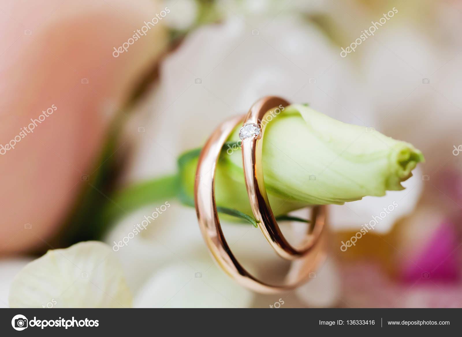 Goldene Hochzeit Ringe Mit Ornament Liegen Auf Blumen Im