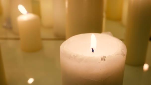 Prvek interiéru - spousta zapálených svíček