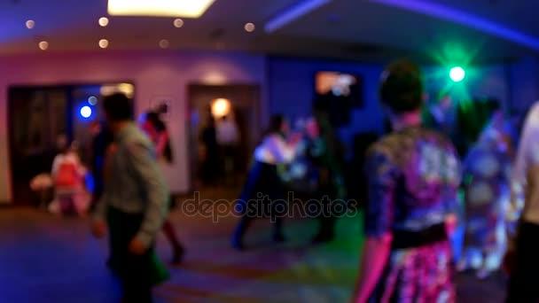 Svatba. Tančící nevěsta a ženich, páry a hosté. Ze zaměření zpomalené přehrávání klipu
