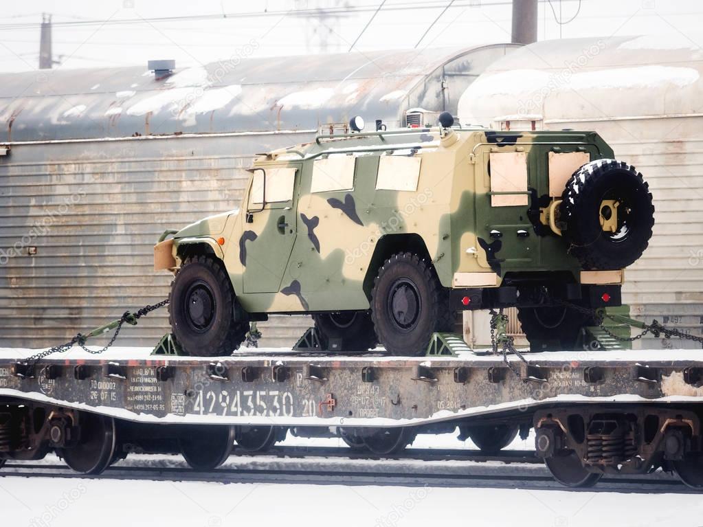 オジンツォボ, ロシア連邦 - 2017 年 1 月 22 日。軍事機器の輸送。多機能軍車鉄道によって運ばれます。軍用車. — ストックエディトリアル編集用写真