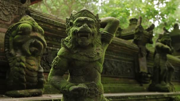 Statue mythischer Tiere. Moosige Skulpturen im Affenwald. ubud, bali, indonesien.