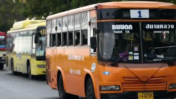 Bangkok, Thajsko - 20. října. 2012. veřejné dopravy v ulicích Bangkoku - barevné autobusy.