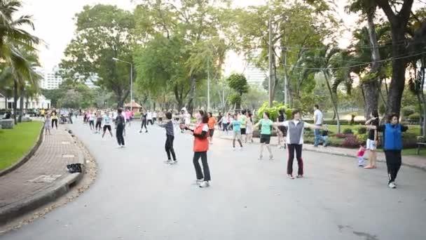 Bangkok, Thajsko - 20. října 2012. Bez poplatku aerobic skupinové lekce v Lumpini parku. Různí lidé sejít a cvičení s hudbou.