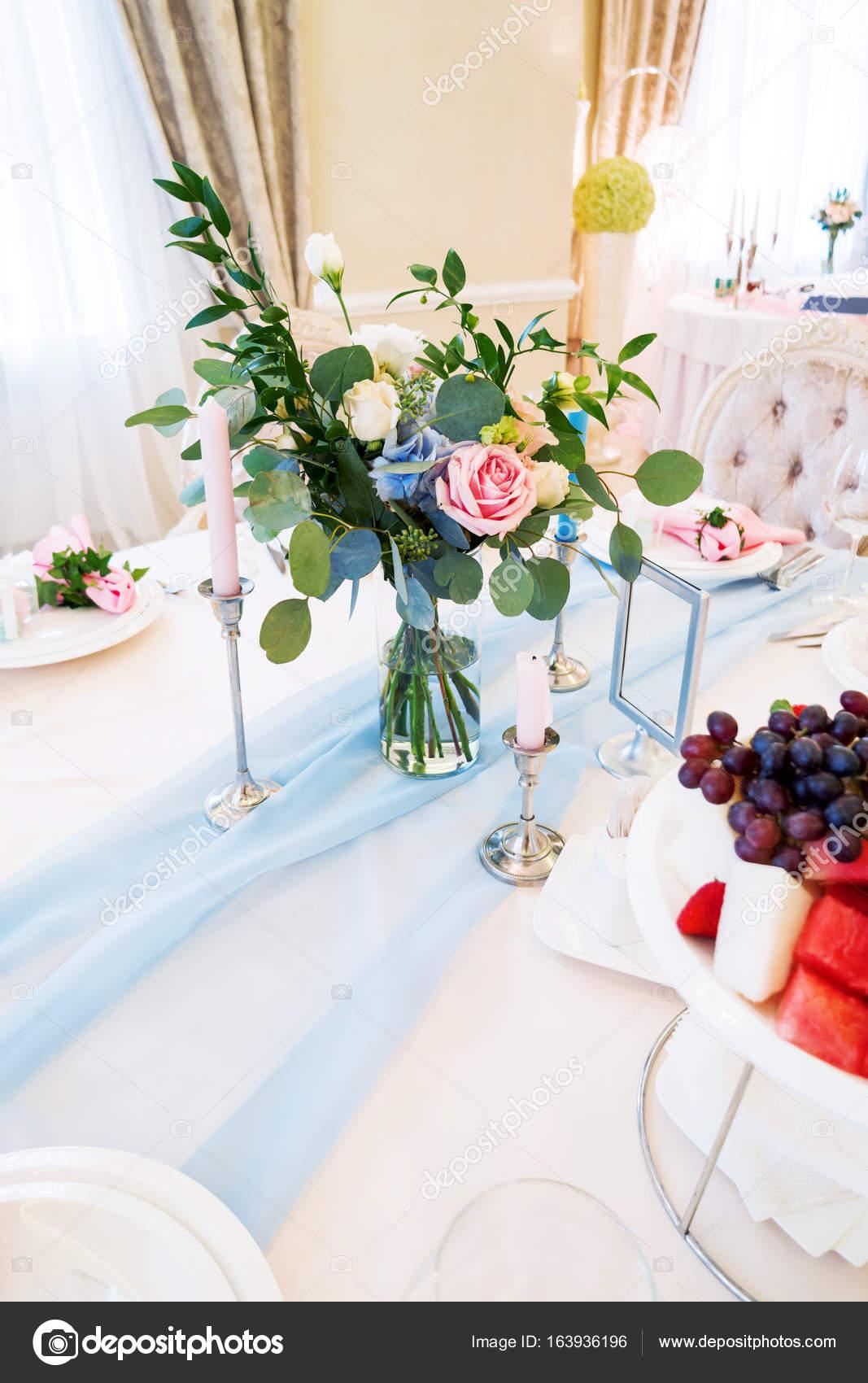 table dressée pour le banquet de mariage avec une composition