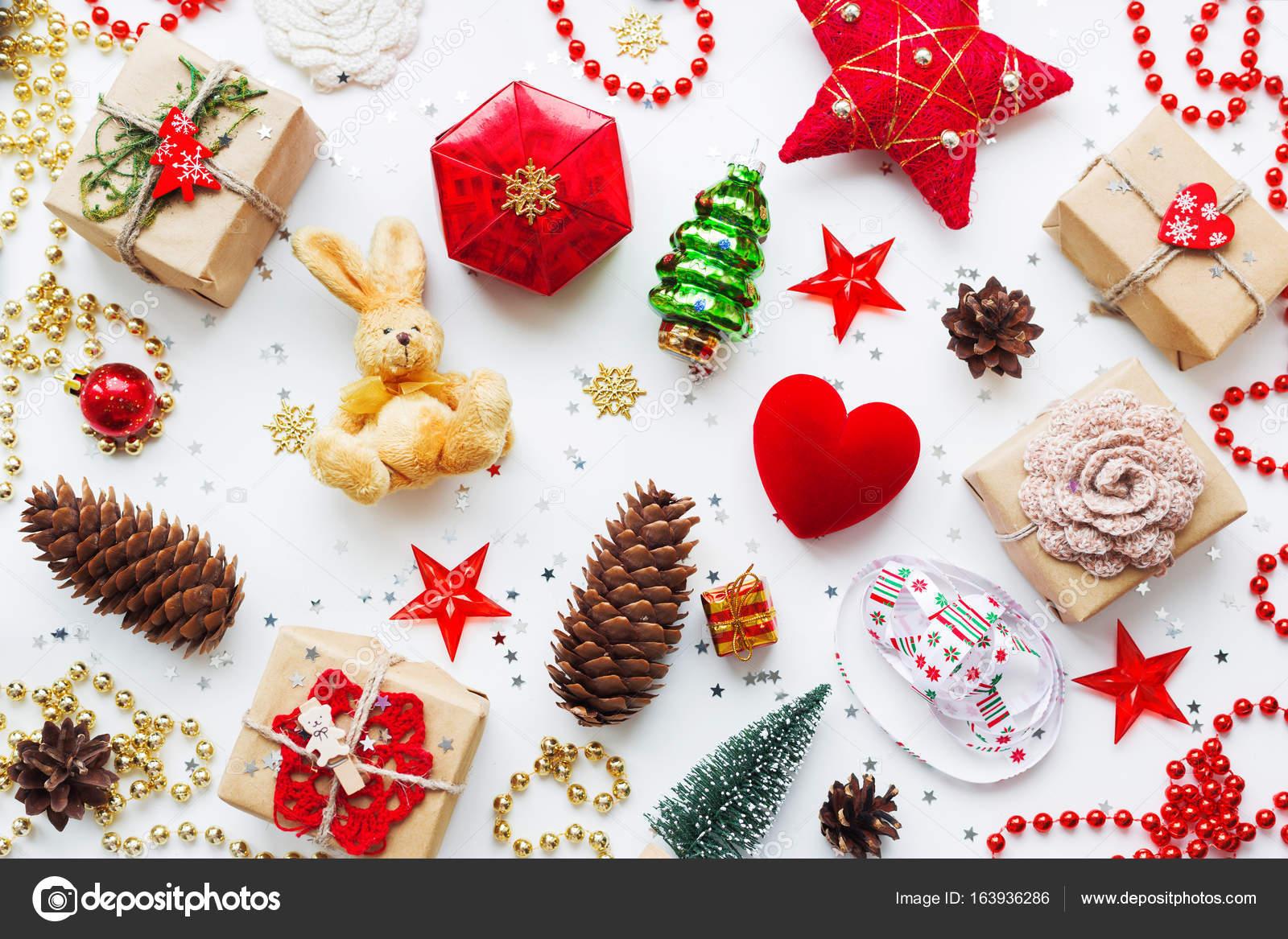 Weihnachten und Neujahr Hintergrund mit Dekorationen. Geschenke im ...