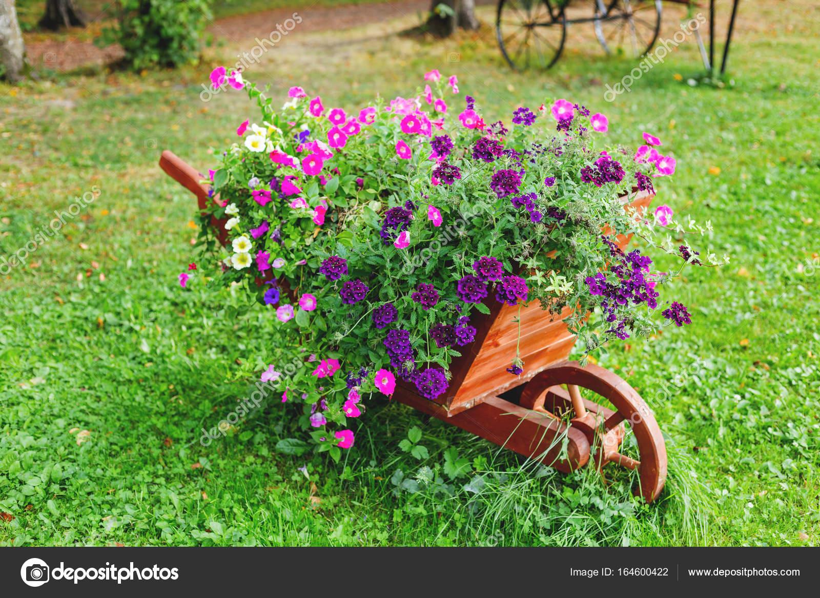 parterre de fleurs en forme comme une brouette en bois d coration de jardin avec des fleurs. Black Bedroom Furniture Sets. Home Design Ideas