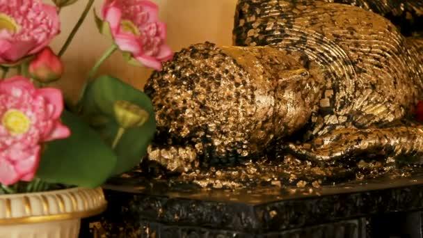 Fekvő Buddha-szobor borított arany. Wat Saket, Bangkok, Thaiföld.