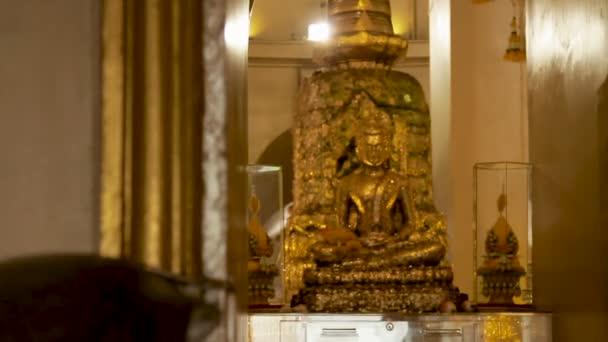 Arany Buddha és sztúpa belül Wat Saket Golden mount. Bangkok, Thaiföld.