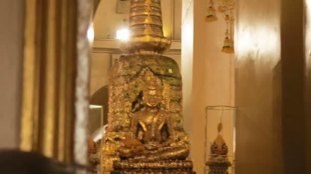 Zlatý Buddha a stúpa uvnitř Wat Saket Golden mount. Bangkok, Thajsko.