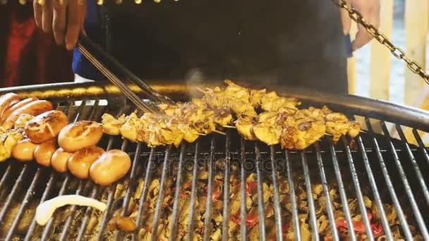 Kuřecí šašlik a klobásky smažené na venkovním grilu. Chutné maso grilované na vánoční jarmark na Rudém náměstí. Moskva, Rusko