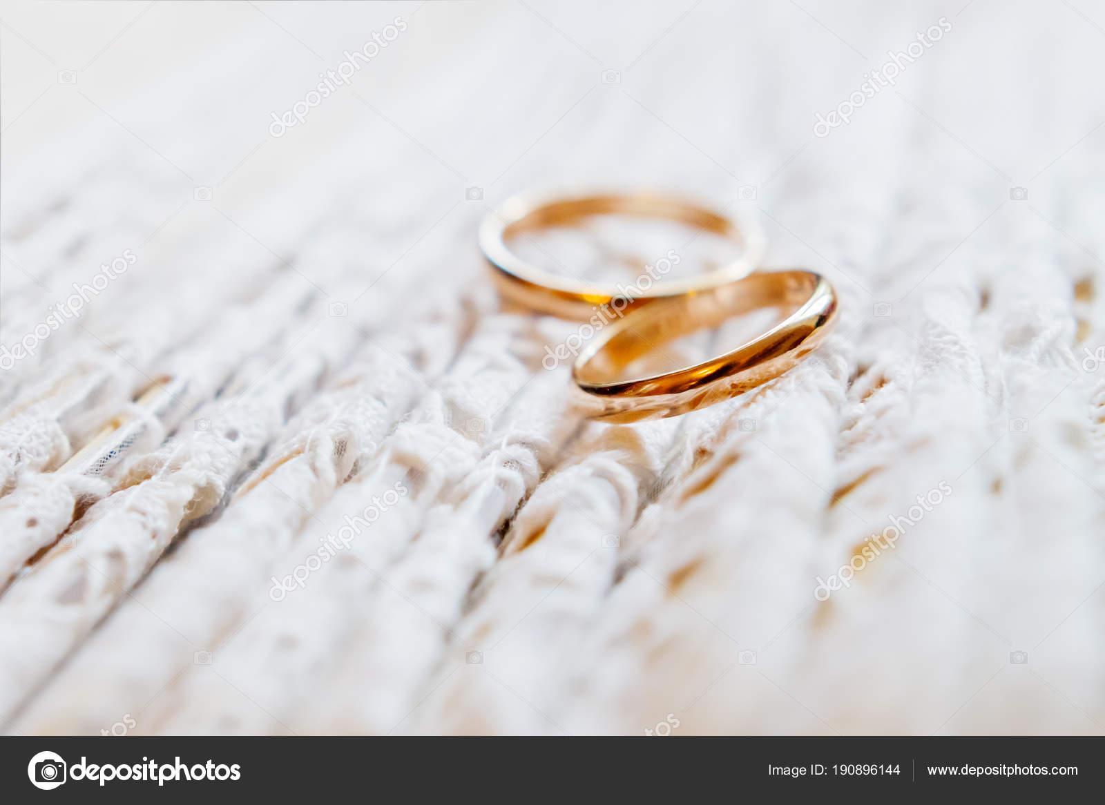 Paar Goldene Hochzeit Ringe Auf Spitze Stoff Hochzeit Kleid