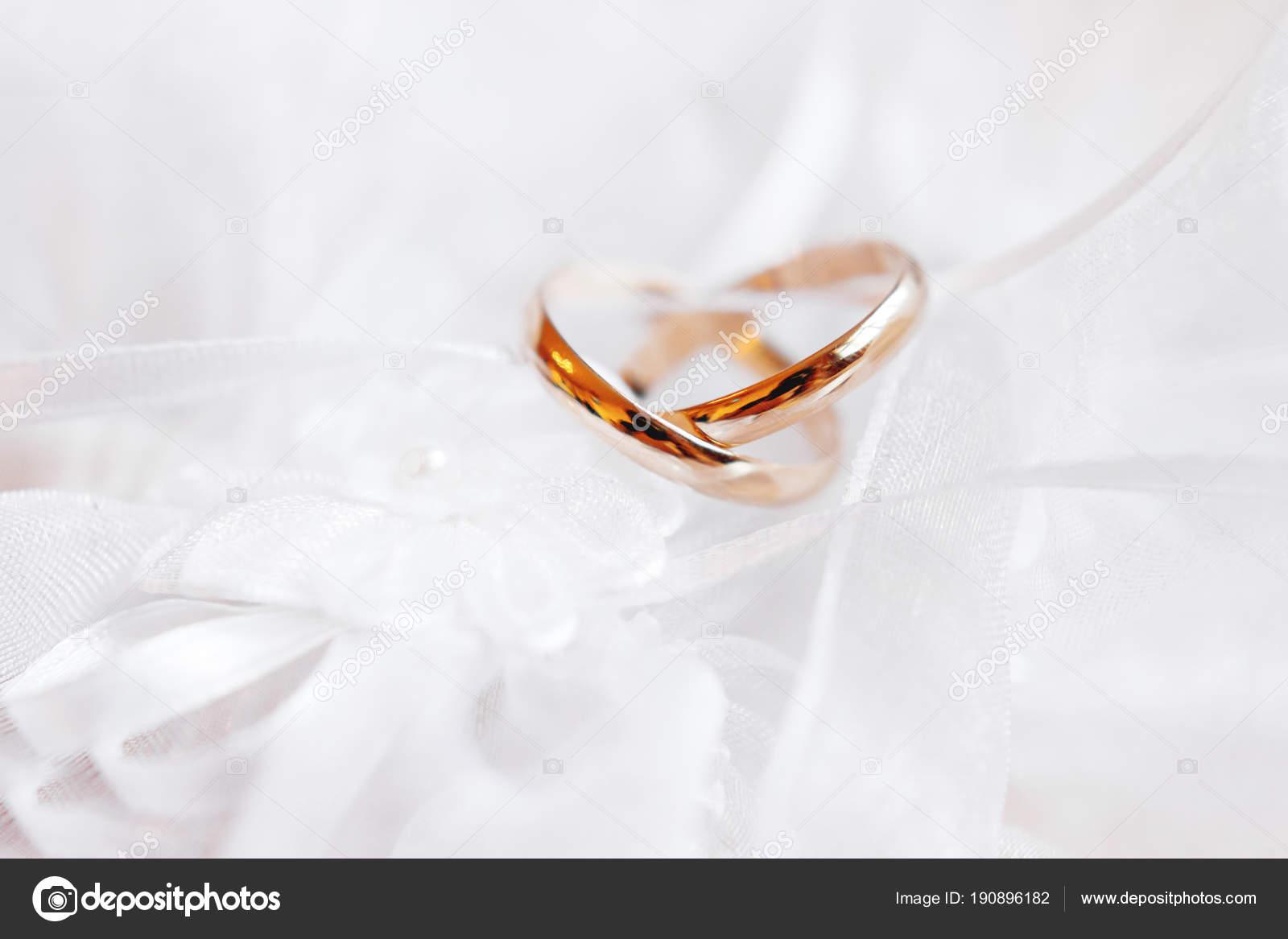 Paar Goldene Hochzeit Ringe Auf Spitze Seidenstoff Mit