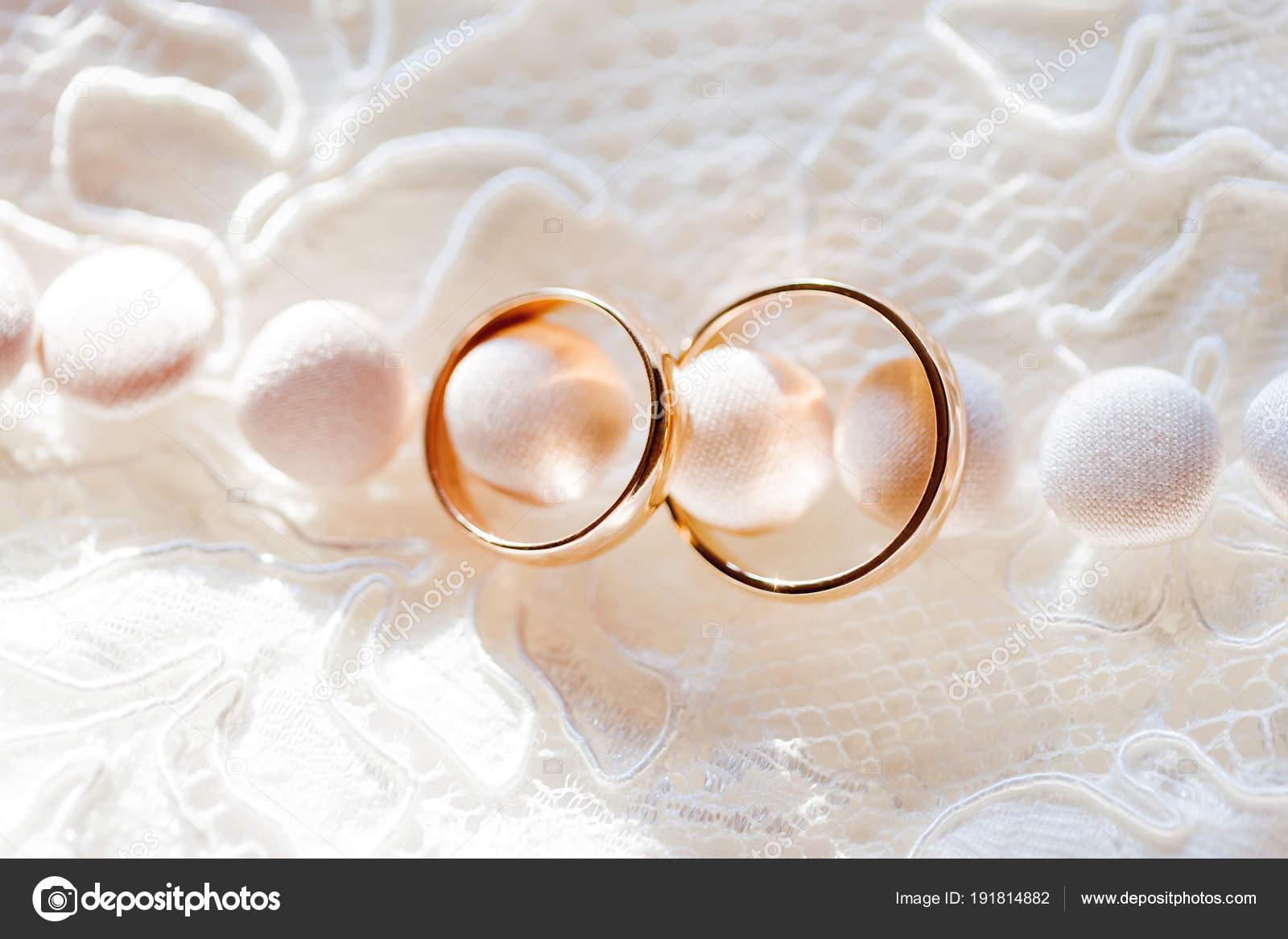 Goldene Hochzeit Ringe Auf Spitze Seidenstoff Mit Knöpfen
