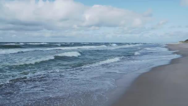 Meeresbrandung an der Kurischen Nehrung. große Wellen am Sandstrand. Oblast Kaliningrad, Russland.