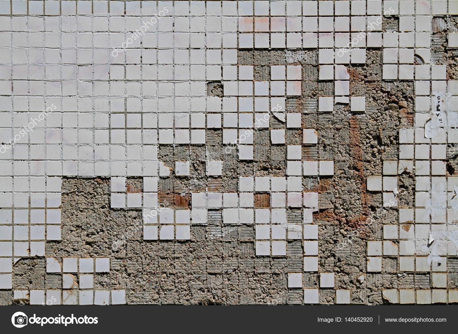 Sfondo delle piastrelle quadrate piccole vecchie e danneggiate