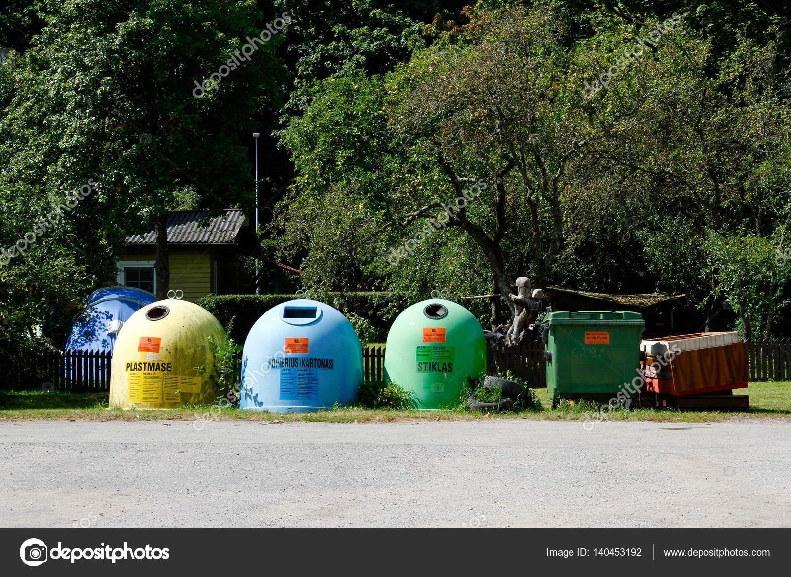 coloridos contenedores de plástico en una fila para la recolección ...
