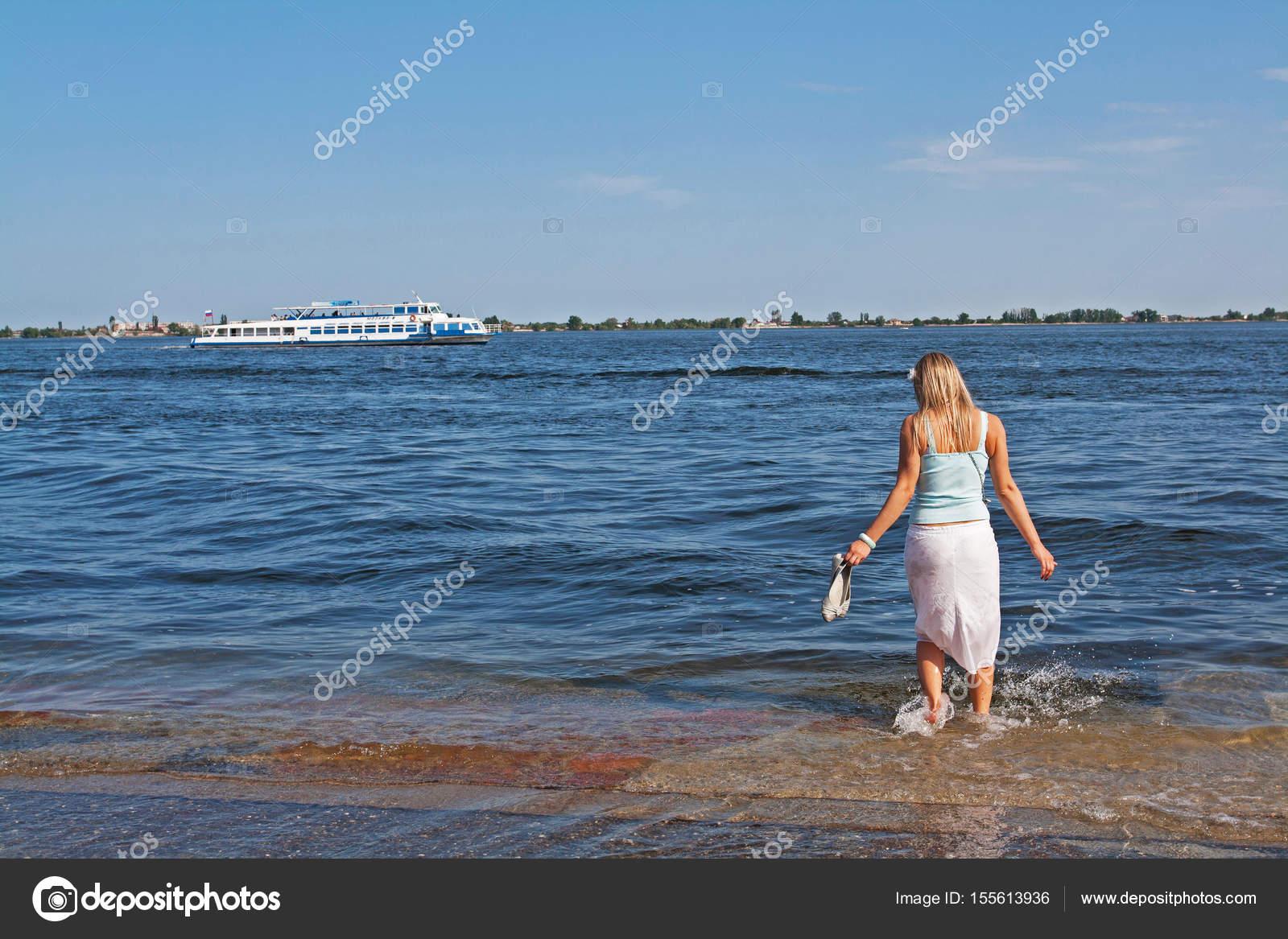 Blonde Frau Die Ihre Nackten Füße Während Einer überschwemmung Im