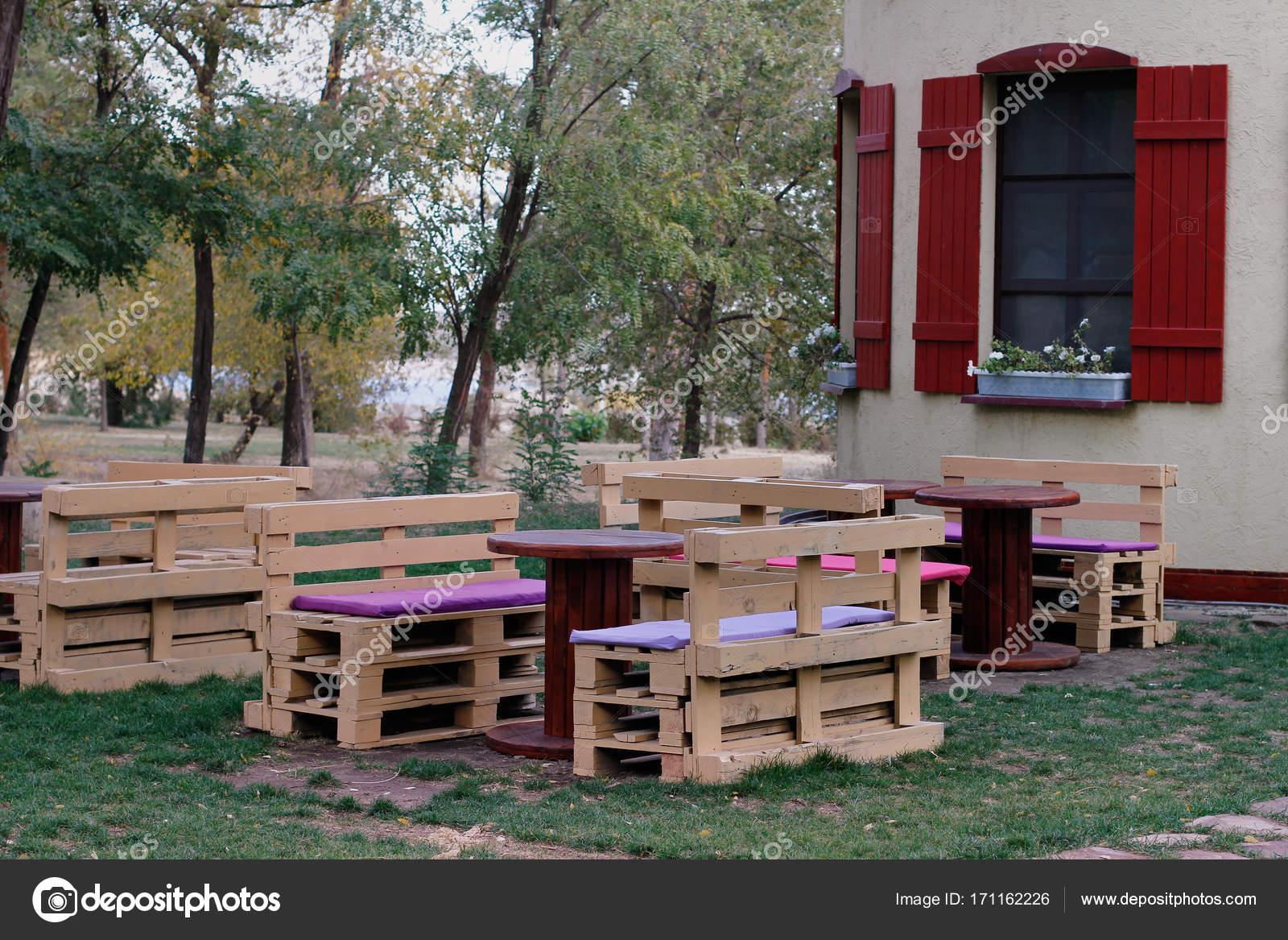 Mesas hechas con palets comedor de estilo por mind made for Banco de paletas al aire libre