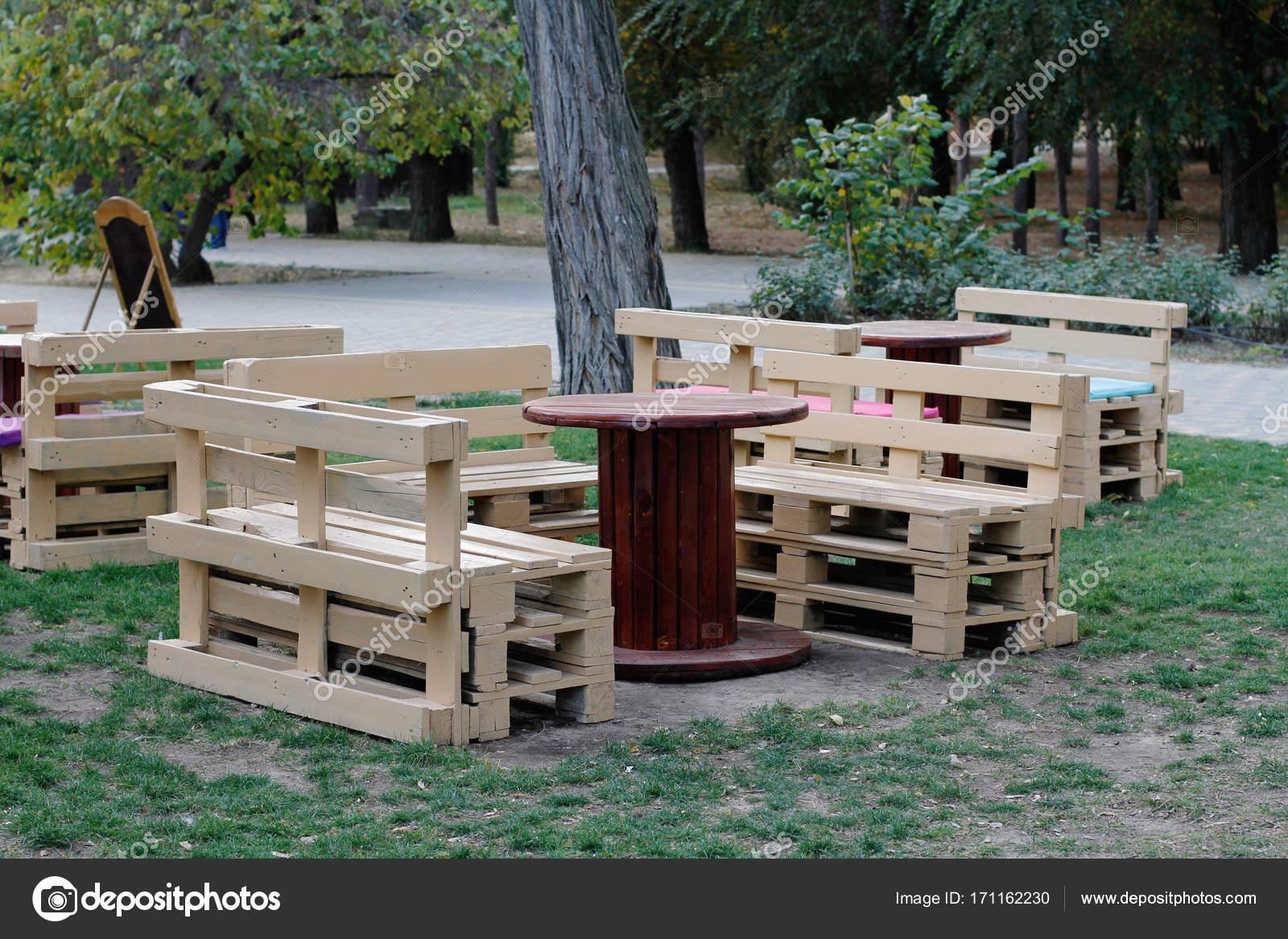 Banc En Bois Fait De Palettes Pour Assis Avec Tables Faites à Partir De  Bobines De Câble électrique à Lu0027extérieur U2014 Image De Yulyao