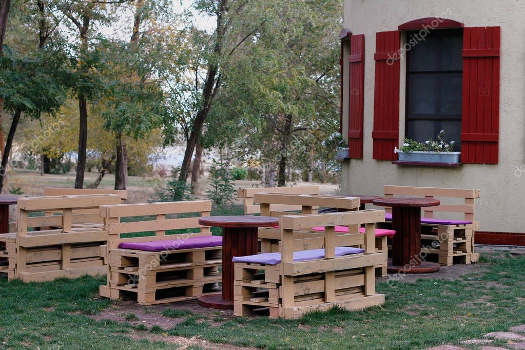 Panca in legno fatta di pallet per sedersi con tavoli for Panca pallets