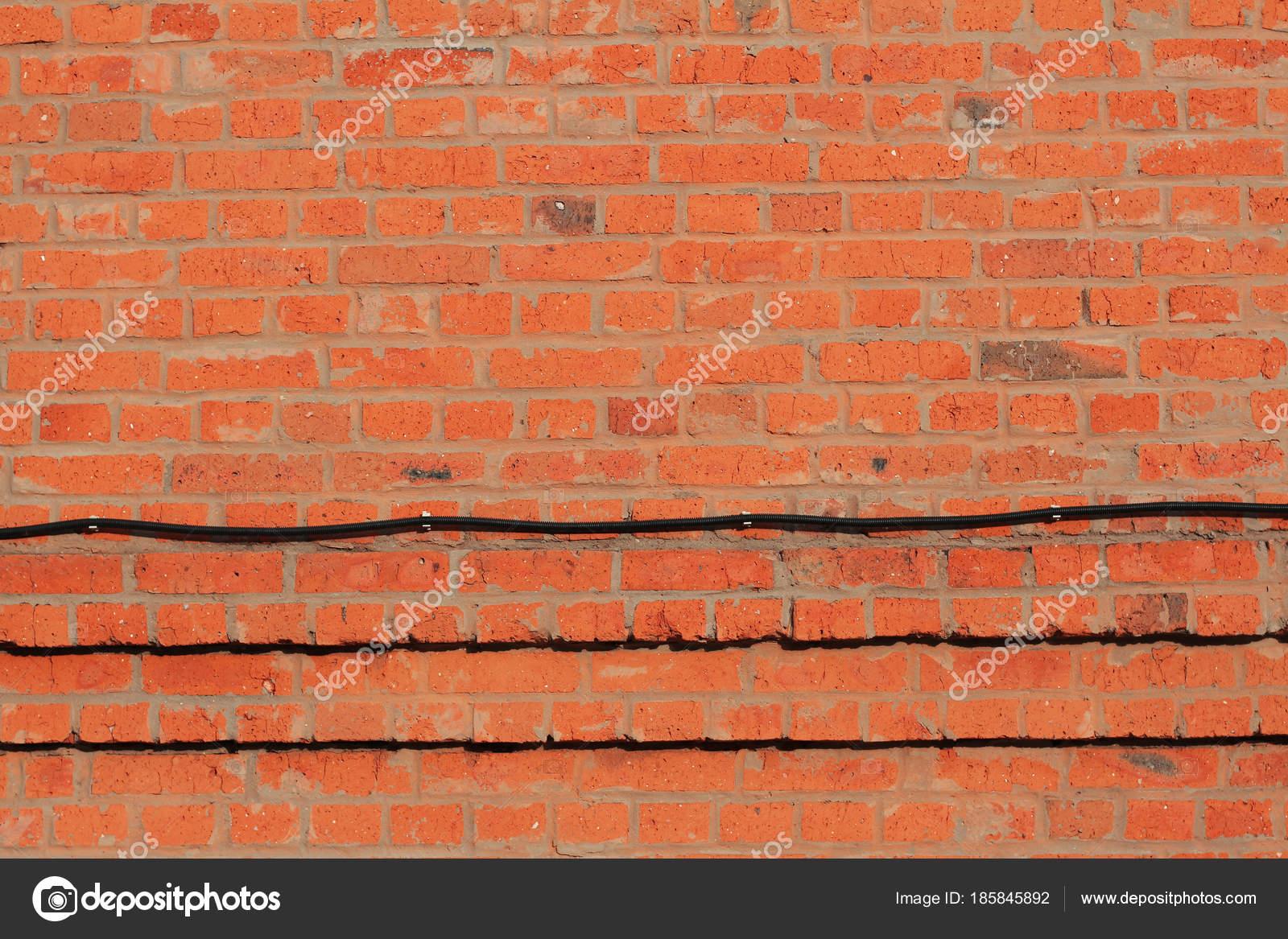 Roten Backsteinmauer Mit Wellrohr Für Elektrische Verdrahtung Als ...