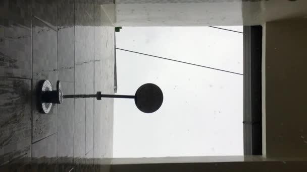 Gocce di pioggia che cade dritto nella telecamera in un bagno a ...