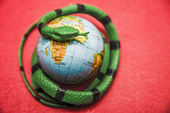 Photo green Snake around Earth