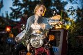 Kostým motorkářka na Retro motocyklu