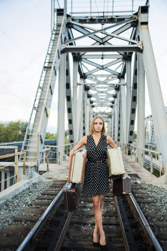 черную юбку позируем на железнодорожном мосту содрать, сказать дома
