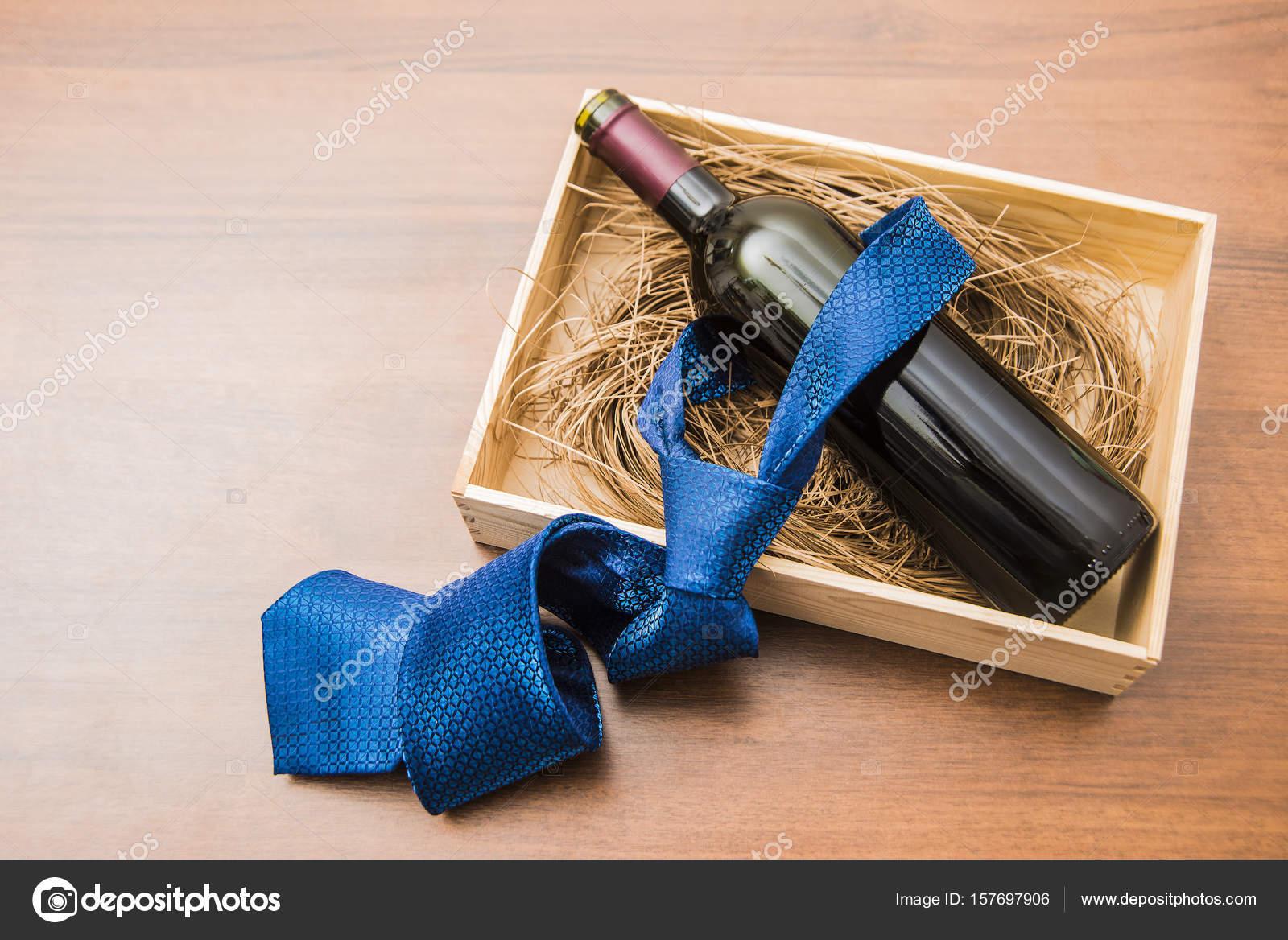 comment avoir bon ajustement performance fiable Bouteille de vin avec cravate bleue — Photographie borjomi88 ...