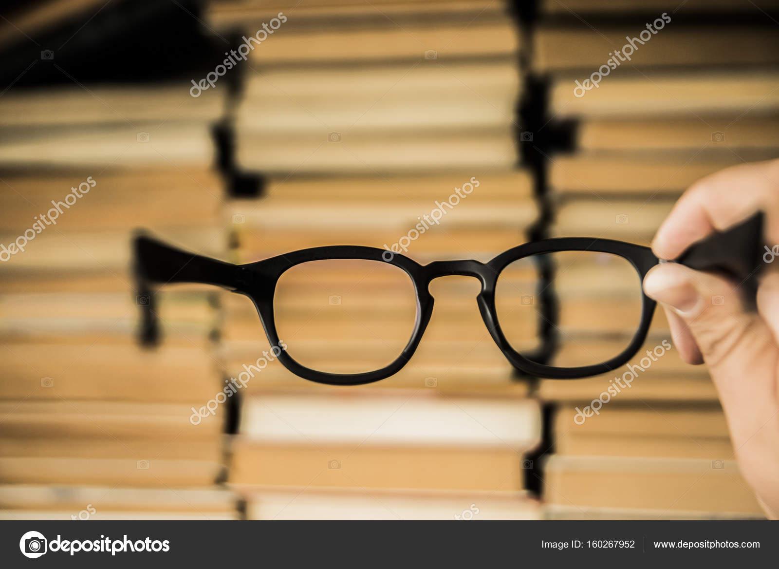 männliche Hand, die schwarze Kunststoffbrille — Stockfoto ...