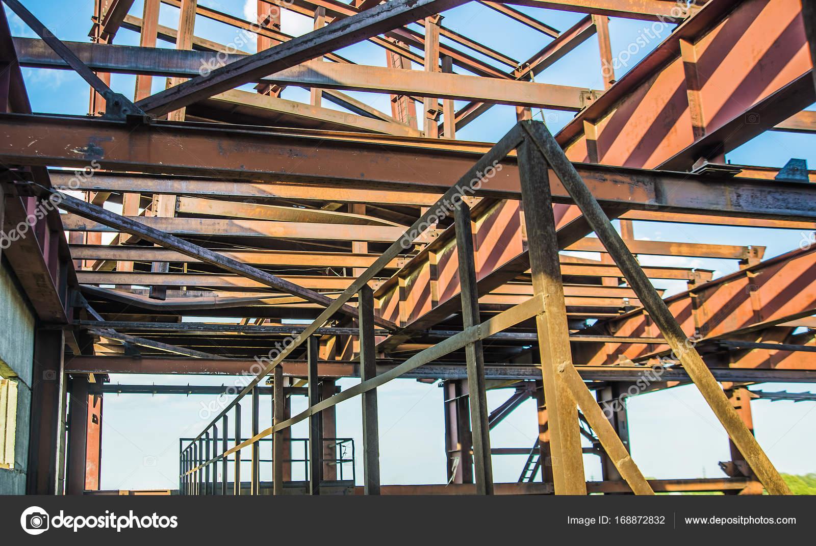 moderna estructura de metal Fotos de Stock borjomi88 168872832