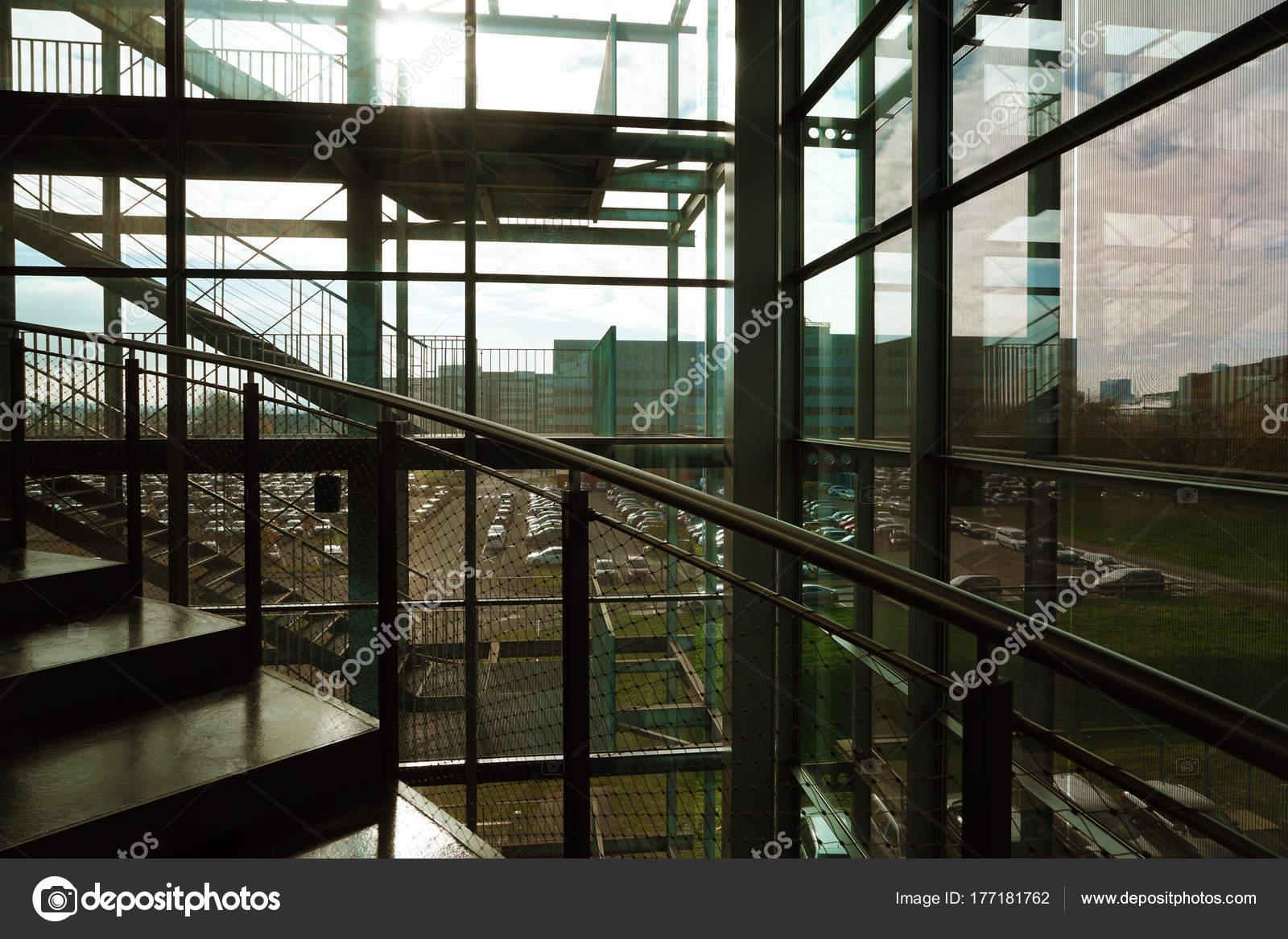 pierre escalier dans intrieur moderne rampe verre escaliers menant vers photo