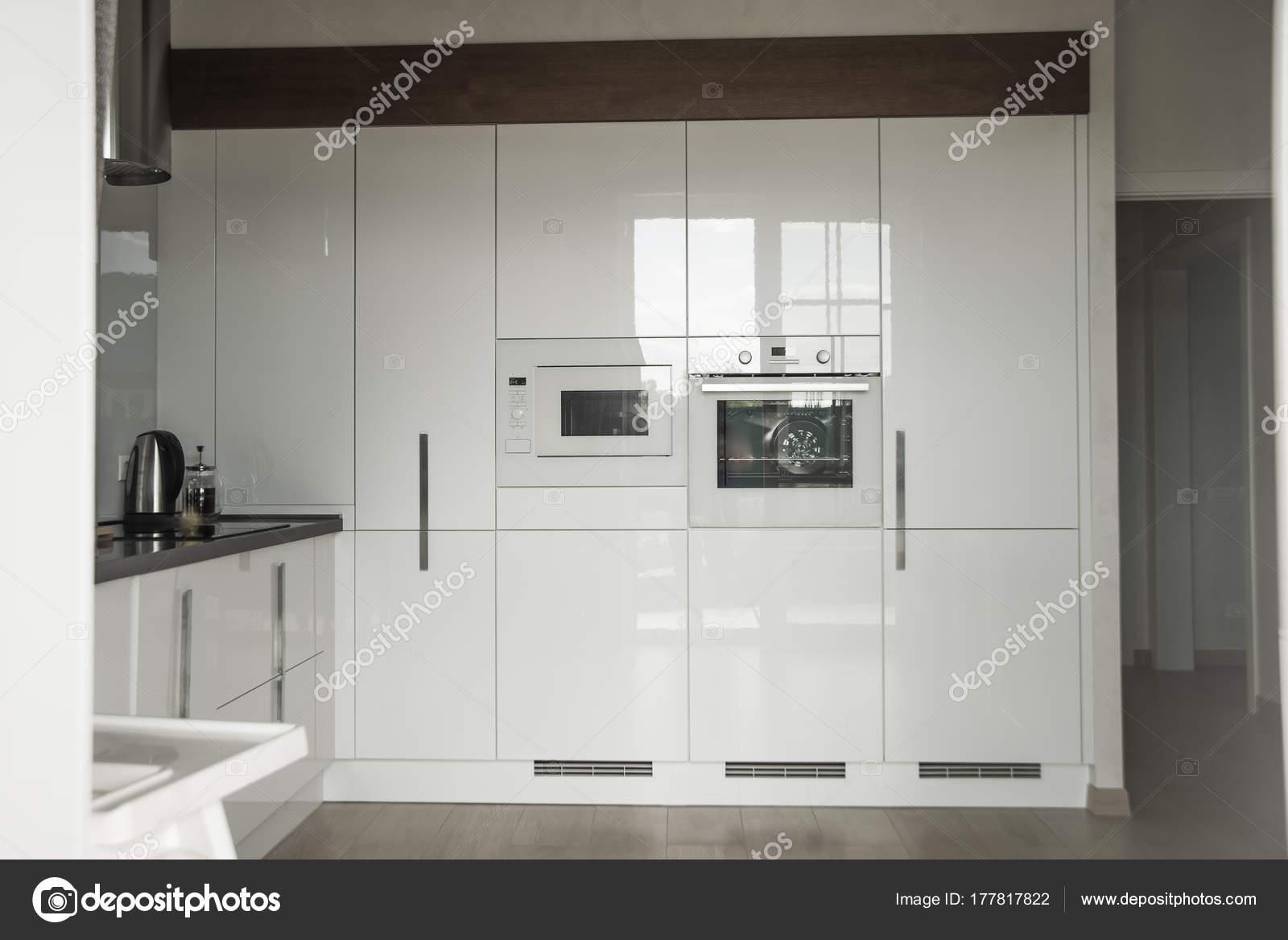 Moderne Küche Einem Wohnhaus Innere Des Weißen Baute Moderner Küche ...