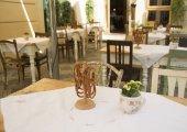 Tradiční restaurace v České republice. tabulky s krásnými květinami a židle