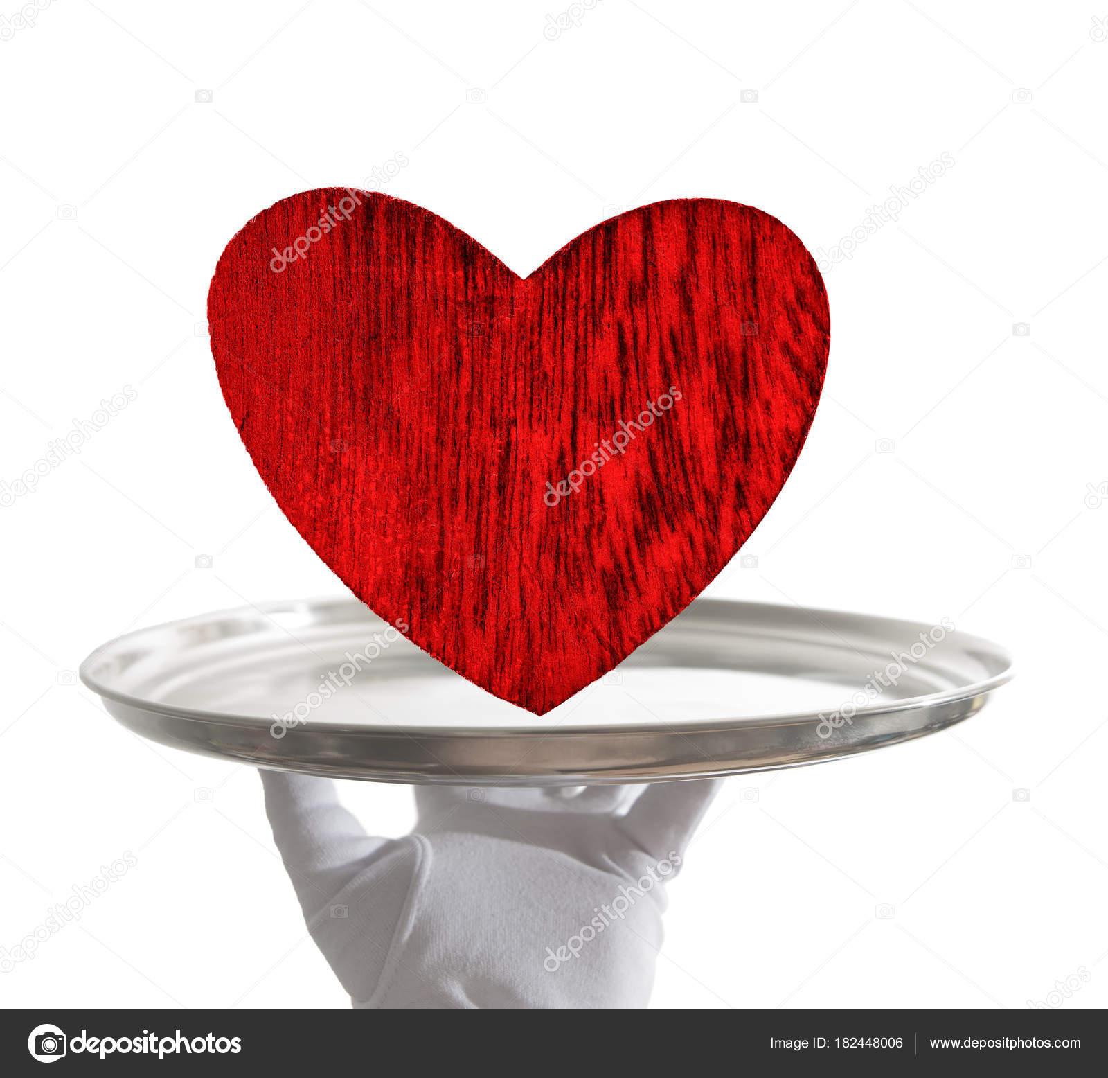 Image Avec Des Coeur main masculine gants blancs tenant plateau avec des coeur bois