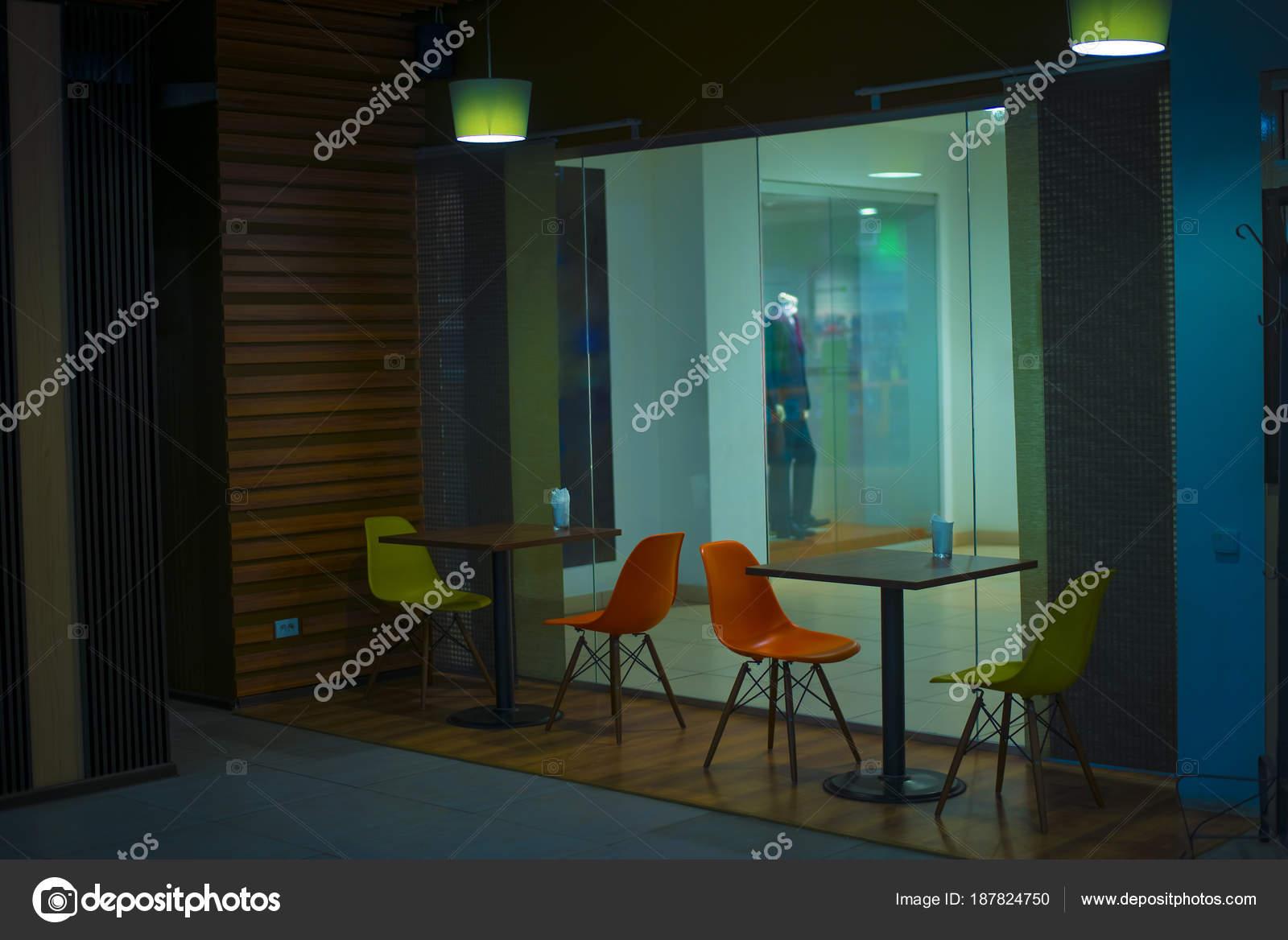 Sedie Verdi Di Plastica.Mobili Tavoli Legno Sedie Plastica Nei Colori Verdi Arancioni Foto