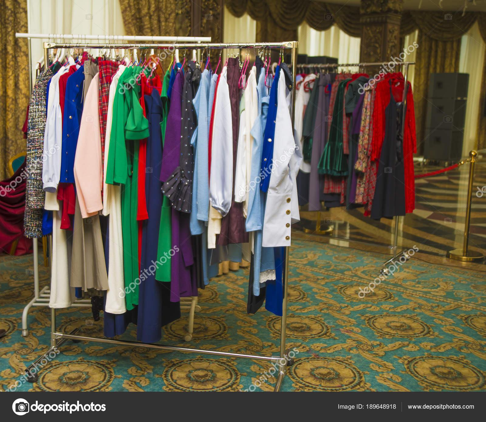 615c3d5c3ee65e Kleurrijke Vrouwen Jurken Hangers Een Retail Winkel Mode Shopping Concept —  Stockfoto